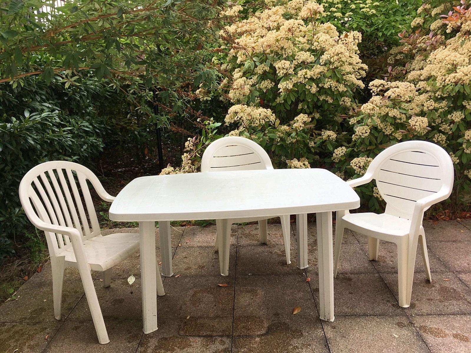 Vends table de jardin en plastique blanc FARO et 3 chaises blanches ...